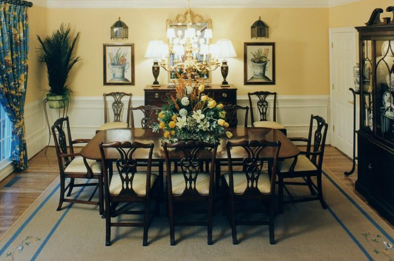 desain ruang makan si momot