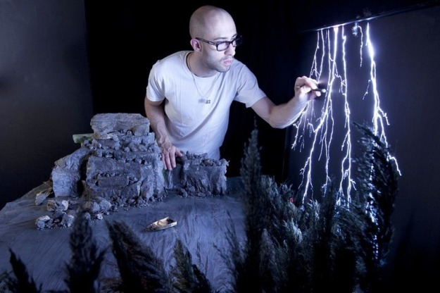 Siapa yang bisa menyangka kalau gambar petir dibuat dari lembar plexiglass gelap yang disorot lampu bersinar terang