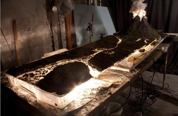 Diorama diatas dibua dari nat keramik, kapas, tinta fosfor. Model gunung berapi itu diterangi dari bawah oleh enam bola lampu berdaya 60 watt