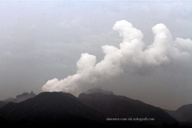 Asap putih keluar dari kawah gunung kelud yang terlihat dari Desa Gandusari, Blitar, Jawa Timur, Sabtu (15/2).