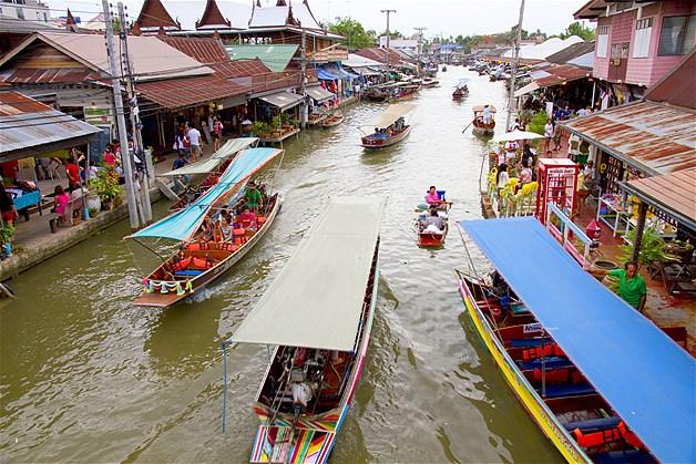 Pasar apung di Sungai Amphawa, India, tidak begitu luas. Rumah