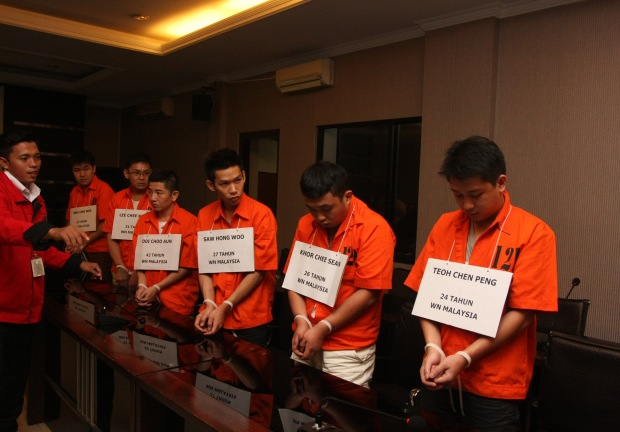 Sejumlah tersangka pembobol atm ditunjukkan kepada wartawan ketika pengungkapan kasus pencurian data dan pencurian uang nasabah Bank Central Asia (BCA) di Gedung Bareskrim Mabes Polri, Jakarta, Senin (3/3).