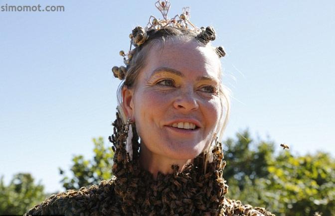Wow! Wanita ini mengenakan baju dari ribuan ekor lebah hidup