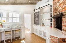 Penemnpatan papan tulis sebagai pemanis desain interior ruangan dapur.
