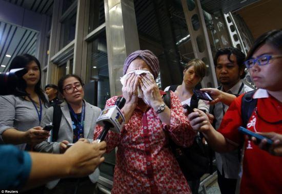 Foto-foto kesedihan keluarga penumpang MH 17 di bandara