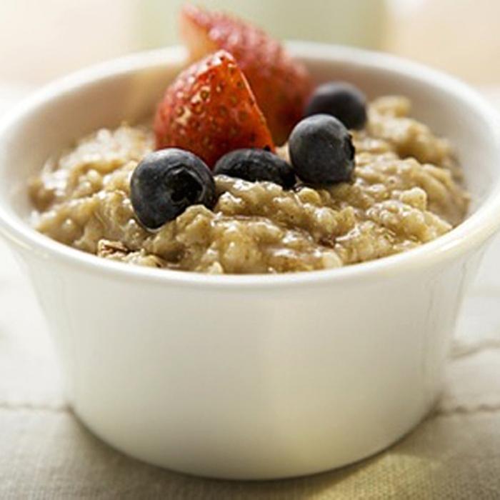 Oatmeal, lengkap dengan buah sehingga rasanya tidak hambar. (Health)