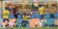 Penyerang Jerman, Thomas Mueller (2 dari kiri), mencetak gol pertama Jerman ke gawang Brasil pada laga semifinal Piala Dunia 2014 di Belo Horizonte, Selasa (8/7/2014).