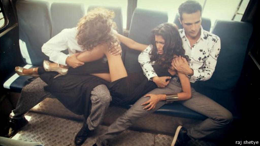 Foto Raj Shetye memperlihatkan model berjuang mengatasi serangan pria ...