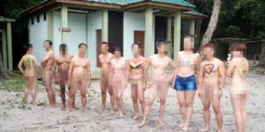 wanita asyik melakukan berbagai kegiatan sambil telanjang bulat di