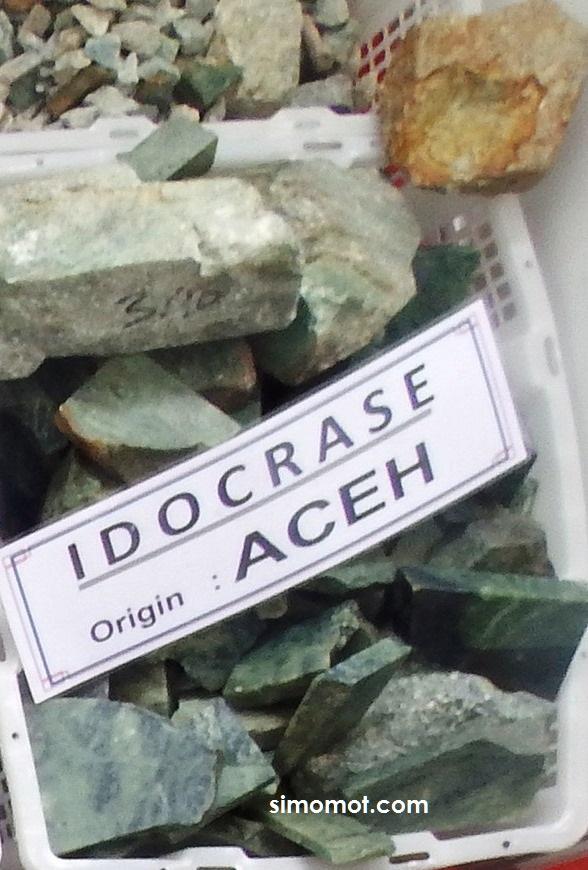 Bahan mentah batu mulia idocrase aceh