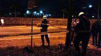 Petugas sedang memasang garis polisi di lokasi kejadian bentrok antara anggota TNI Batalyon Infanteri 134 Tuah Sakti dengan anggota Brimob di Markas Komando (Mako) Brimobda Kepri, di Tembesi, Batuaji, Batam, Kepulauan Riau (Kepri), Minggu (21/9/2014). (TribunNews)