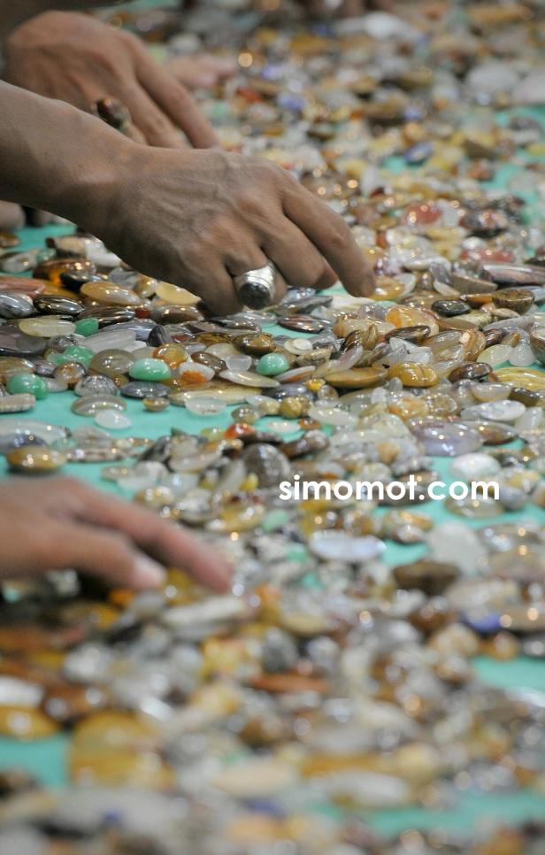 dalam pameran di Mangga Dua Square, Jakarta, Jumat (19/9). Pameran ...