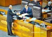 Menteri ESDM Jero Wacik (kiri) menyerahkan dokumen tanggapan pemerintah kepada Wakil Ketua DPR Pramono Anung (kanan) mengenai UU Panas Bumi dalam rapat Paripurna DPR di Kompleks Parlemen Senayan, Jakarta, Selasa (26/8). Rapat paripurna DPR menyetujui RUU tentang Panas Bumi menjadi Undang-Undang pengganti UU No. 27/2003, panas bumi akan menjamin kemandirian energi serta mempercepat pelaksanaan program percepatan pembangunan pembangkit 10.000 MW tahap dua yang sebagian di antaranya menggunakan energi panas bumi. ANTARA FOTO/Yudhi Mahatma.