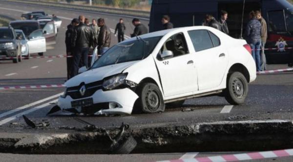 Sinkhole Crimea telan mobil dan penumpangnya. (Reuters)