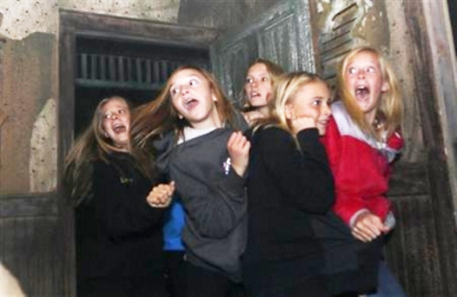 Sekelompok gadis-gadis bereaksi terhadap karakter hantu di '13th Floor' rumah hantu di Denver 18 Oktober 2013. (Ilustrasi/Reuters)