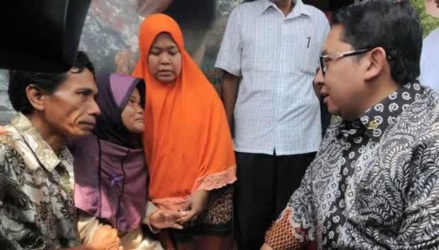 Fadli Zon (kanan) berbincang dengan Mursidah, orang tua Muhamad Arsyad pelaku penghinaan presiden di Kampung Rambutan, Ciracas, Jakarta, 31 Oktober 2014. (TEMPO/Dasril Roszandi)