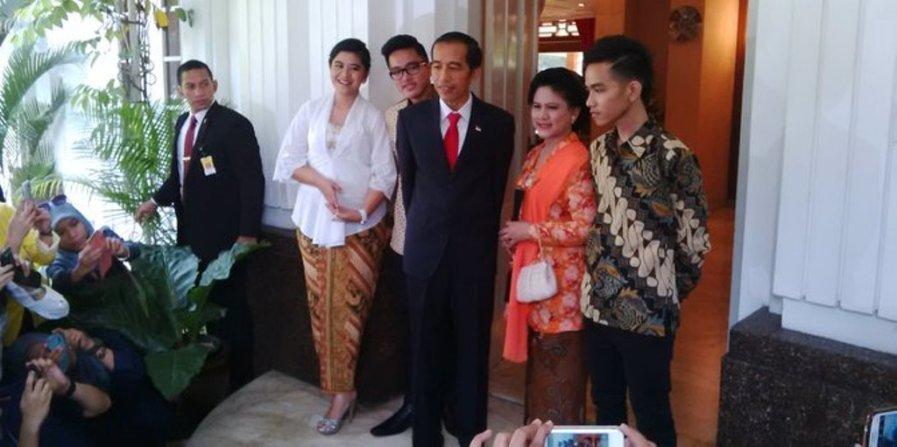 foto Jokowi bersama istri dan ketiga anaknya di rumah dinas Gubernur DKI Jakarta, Senin (20/10/2014) menjelang pelantikan. (Merdeka)