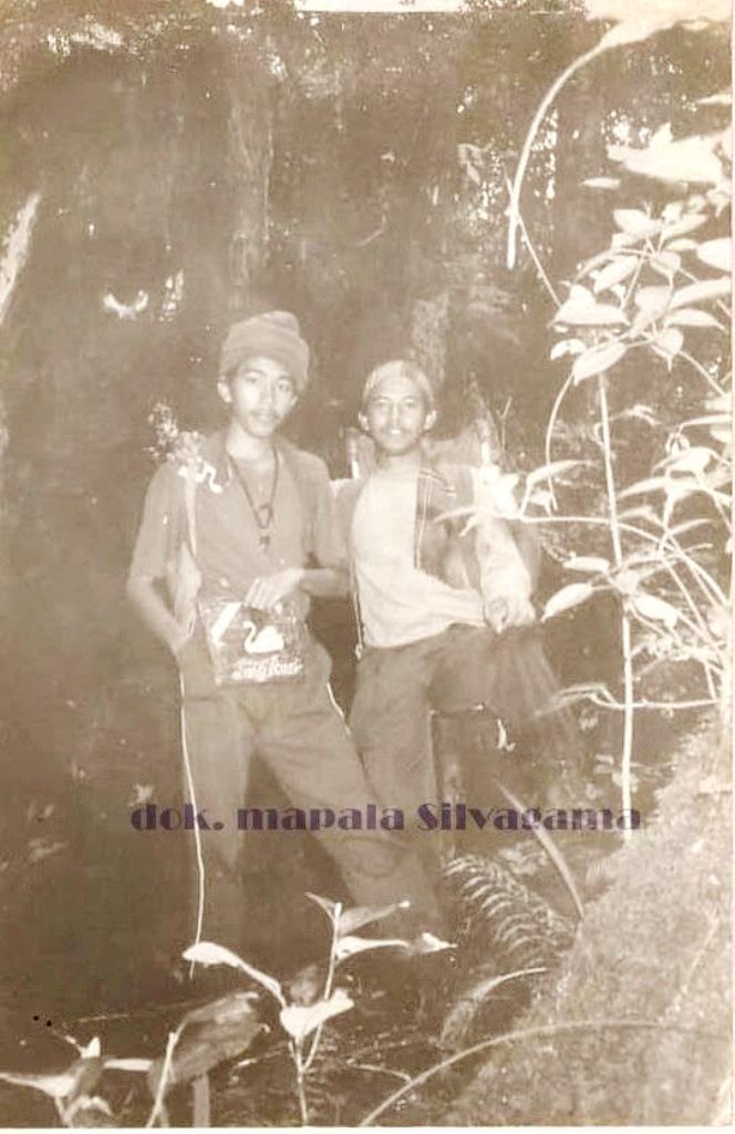 Repro foto Mapala Silvagama Fakultas Kehutanan Universitas Gadjah Mada (UGM) yang menunjukkan ketika Joko Widodo alias Jokowi sedang mendaki Gunung Kerinci bersama teman-teman kuliahnya pada 1983 lalu. Presiden terpilih RI ini memang memiliki hobi mendaki gunung saat masih menjadi mahasiswa UGM. (Basecamp Petualang)