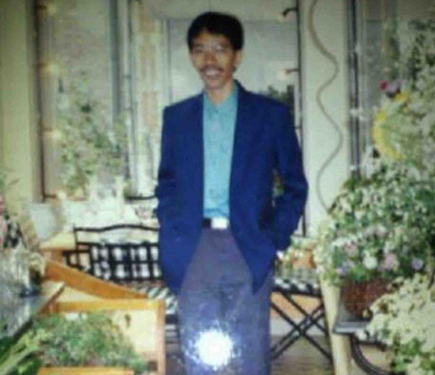 Gaya Jokowi dengan rambut gondrong dan berkumis tipis saat masih muda.
