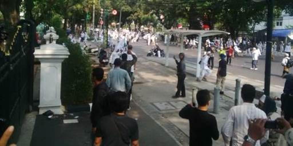 Demo Fpi Ricuh 7 Anggota Polisi Terluka Si Momot