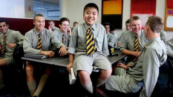 Jonah Soewandito bersama teman-temannya di kelas 12 di Scots College. (Sydney Monrning Herald/Edwina Pickles)