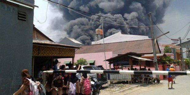 Pabrik pengolahan minyak sawit di Bekasi terbakar, Jumat 24 Oktober 3024. (Merdeka)