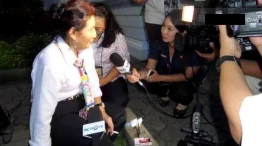 Menteri Kelautan dan Perikanan, Susi Pudjiastuti merokok dengan santainya saat diwawancarai wartawan. (TribunNews)