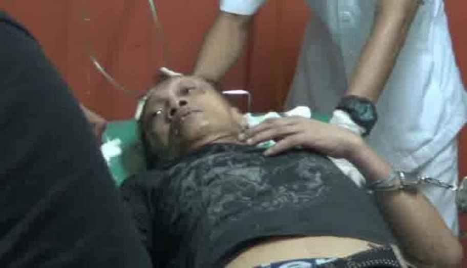 Komedian senior Tessy berteriak kesakitan di rumah sakit usai menenggak cairan pembersih lantai saat ditangkap Direktorat Tindak Pidana Narkotika Polri, Kamis, 23 Oktober 2014 lalu. (TVOne/VivaNews)