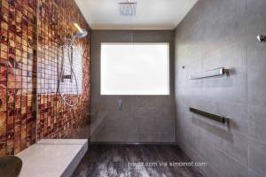 Kamar mandi dengan dominasi warna kelabu - Bubbles Bathrooms
