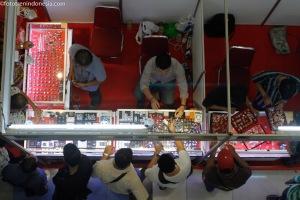 Pengunjung melihat berbagai macam batu akik, pada pameran dan kontes batu mulia, di Medan, Sumatera Utara, Kamis (22/1). Kontes yang diikuti peserta dari berbagai daerah tersebut, memamerkan batu khas daerah masing-masing dan berberlansung hingga 25 Januari 2015. ANTARA FOTO/Irsan Mulyadi