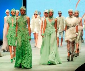 Sejumlah model membawakan busana rancangan Ivan Gunawan dalam Indonesia Fashion Week (IFW) 2015 di Balai Sidang Jakarta, Kamis (26/2). Koleksi Ivan Gunawan tersebut bertajuk Thalassa. (ANTARAFOTO/Rosa Panggabean)