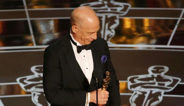 J.K. Simmons menerima Oscar untuk kategori Aktor Pendukung Terbaik lewat Whiplash di Academy Awards ke-87 di Hollywood, California, 23 Februari 2015. (REUTERS/Mike Blake)
