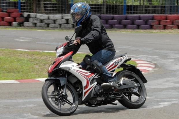 Wartawan otomotif mencoba mengendarai Yamaha Jupiter MX King 150 cc saat peluncuran di Karting Circuit Sentul, Bogor, Jawa Barat, Kamis (12/3). Motor generasi ketiga Jupiter MX tersebut mewakili kecepatan dan sporty anak muda. ANTARA FOTO/Jafkhairi