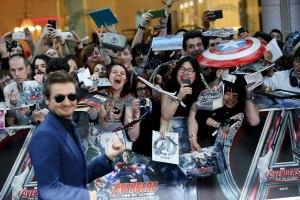 """Para penggemar menyambut aktor Jeremy Renner yang tiba untuk penayangan perdana film """"Avengers: Age of Ultron"""" di pusat perbelanjaan Westfield, Shepherds Bush, London, Inggris, Selasa (21/4). ANTARA FOTO/REUTERS/Stefan Wermuth"""
