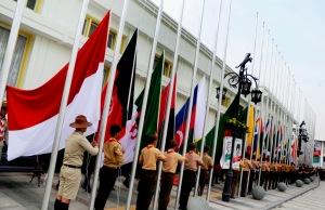 Sejumlah anggota Pramuk melakukan upacara penaikan bendera kenegaraan peserta Peringatan Konfrensi Asia Afrika (KAA) Ke-60 di Gedung Merdeka, Bandung, Jawa Barat, Rabu (15/4). Sebanyak 109 Bendera kenegaraan dan satu bendera Persatuan Bangsa Bangsa (PBB) dikibarkan sebagai tanda kesiapan kota Bandung melakukan Seremonial perhelatan KAA Ke-60 dengan tema Asian African Solidarity. ANTARA FOTO/Novrian Arbi