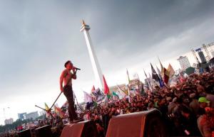 Penampilan vokalis band Slank, Kaka pada Konser Drugs Free Asia Afrika di Jakarta, Minggu (19/4). Konser yang diadakan dalam rangkaian Konferensi Asia Afrika ke-60 itu bertujuan sebagai kampanye pencegahan penyalahgunaan narkotika di kawasan Asia Afrika. ANTARA FOTO/Vitalis Yogi Trisna
