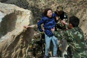 Petugas penyelamat membantu seorang warga ke daerah aman setelah terjadi longsor di Prefektur Xigaze, Kawasan Otonomi Tibet, Tiongkok, Sabtu (25/4), setelah gempa bumi berkekuatan 7,9 Skala Richter mengguncang Nepal. etugas penyelamat menggali reruntuhan dengn tangan mereka dan jenazah menumpuk di Nepal Minggu kemarin setelah sebuah gempa bumi meluluhlantakkan lembah Kathmandu yang padat, menewaskan setidaknya 1.900 orang dan memicu terjadinya longsor salju fatal di Gunung Everest. Di Tibet, jumlah korban jiwa bertambah menjadi 17 orang, menurut sebuah cuitan dari kantor berita negara Tiongkok Xinhua. ANTARA FOTO/REUTERS/Stringer/