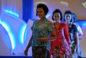 """Sejumlah anggota TNI AU dari Wanita Angkatan Udara (Wara) mengenakan busana batik modern saat tampil dalam peragaan busana batik bertema """"Perempuan Indonesia IV"""", di Semarang, Jateng, Senin (13/4) malam. Peragaan busana yang khusus menampilkan para peragawati dari anggota Wara itu dalam rangka menyambut Hari Kartini. ANTARA FOTO/R. Rekotomo"""