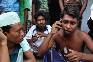 Imigran Banglades bersama imigran etnis Rohingya, Myanmar menelpon anggota keluarga mereka di lokasi penampungan Imigrasi kelas I khusus Medan, Sumatera Utara, Jumat (29/5). Para imigran sangat membutuhkan alat dan jaringan komunikasi untuk memberi kabar kepada keluarga mereka. ANTARA FOTO/Irsan Mulyadi