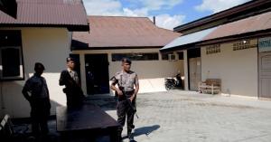 Sejumlah polisi bersenjata berjaga di depan kamar mayat Rumah Sakit Bhayangkara Palu, Sulawesi Tengah, tempat dua mayat terduga teroris disemayamkan, Senin (25/5). Kedua mayat yang didentifikasi berinisial AZ dan AN itu tewas ketika terjadi kontak senjata dengan aparat Brimob dan Densus 88 di Pegunungan Gayatri, Poso pada Minggu (24/5) malam. Hingga kini aparat masih mengejar kelompok sipil bersenjata yang melarikan diri. ANTARA FOTO/Basri Marzuki