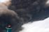 Warga melihat ke arah material vulkanik disertai awan panas yang meluncur dari puncak Gunung Sinabung di Karo, Sumatera Utara, Kamis (25/6). Data Badan Geologi luncuran awan panas guguran kubah lava sejauh 4 km ke arah Tenggara-Timur dengan ketinggian kolom abu vulkanik 5 Km, diharapkan kepada semua pihak untuk tetap waspada dan tidak memasuki daerah bahaya. ANTARA FOTO/Rony Muharrma