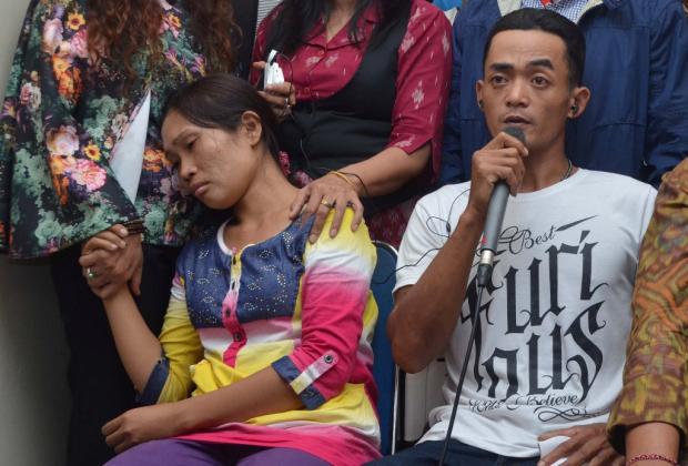 Ayah kandung Angeline, Rosidi (kanan) dan ibu kandung Angeline, Hamidah (kiri) memberi keterangan di Unit Forensik RSUP Sanglah, Kota Denpasar, Bali, Jumat (12/6). Kedua orang tua kandung Angeline melakukan tes DNA untuk memastikan dan sebagai dasar hukum hubungan antara orang tua dan Angeline, anak yang dibunuh dan dikubur di belakang rumahnya di Jalan Sedap Malam, Denpasar. ANTARA FOTO/Fikri Yusuf/