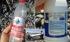 Botol air mineral bertuliskan huruf Tiongkok dan deterjen berlabel dari Indonesia yang ditemukan di Pulau Reunion di Samudra Hindia. Foto: AP