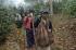 Seorang warga lokal menggendung korban pesawat Aviastar DHC6/PK-BRM Dusun Gamaru, Desa Ulu Salu, Kecamatan Latimojong, Kabupaten Luwu, Sulawesi Selatan, Selasa (5/10). Sebanyak sepuluh korban pesawat Aviastar dan kotak hitam berhasil dievakuasi, sepuluh korban dievakuasi ke Makassar menggunakan helikopter untuk diidentifikasi di Posko Ante Mortem RS Bhayangkara Makassar. ANTARA FOTO/Sahrul Manda Tikupadang/