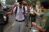 Pegawai Dinas Pendidikan Propinsi Riau membagikan masker pelindung pernapasan kepada siswa SMA N 1 Pekanbaru, di Pekanbaru, Riau, Senin (5/10). Dinas Pendidikan Propinsi Riau membagikan masker pelindung pernapasan sebanyak 65 ribu buah ke sejumlah sekolah di Pekanbaru karena kabut asap kebakaran hutan dan lahan masih menyelimuti Kota tersebut. ANTARA FOTO/Rony Muharrman