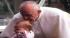 Ibu ini mengaku tumor anaknya hilang usai dikecup Paus Fransiskus